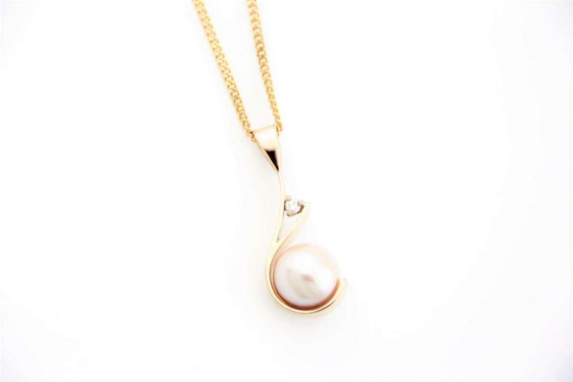 cream pearl pendant