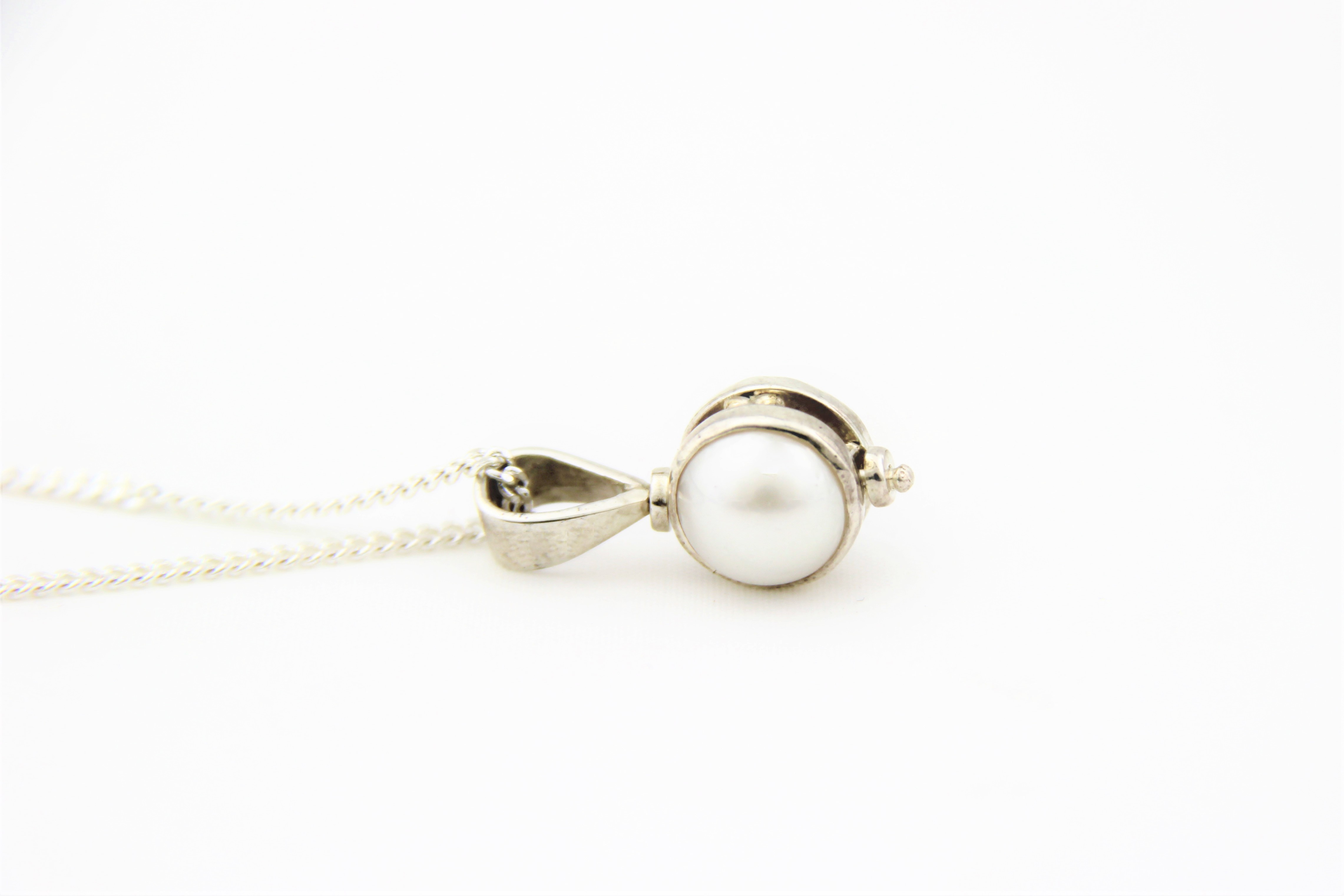 spinning pearl pendant